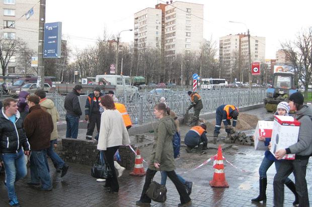После акции волонтёров асфальт у метро «Проспект Ветеранов» починили . Изображение № 1.