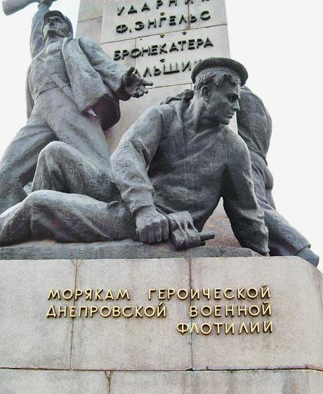 На Почтовой площади демонтировали памятник морякам-освободителям. Зображення № 4.