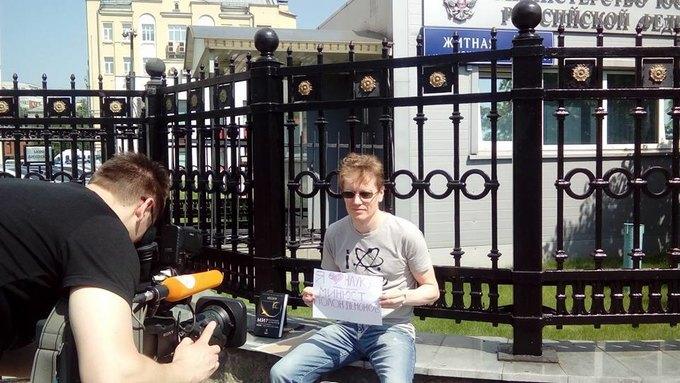 В Москве проходит серия одиночных пикетов вподдержку «Династии». Изображение № 1.