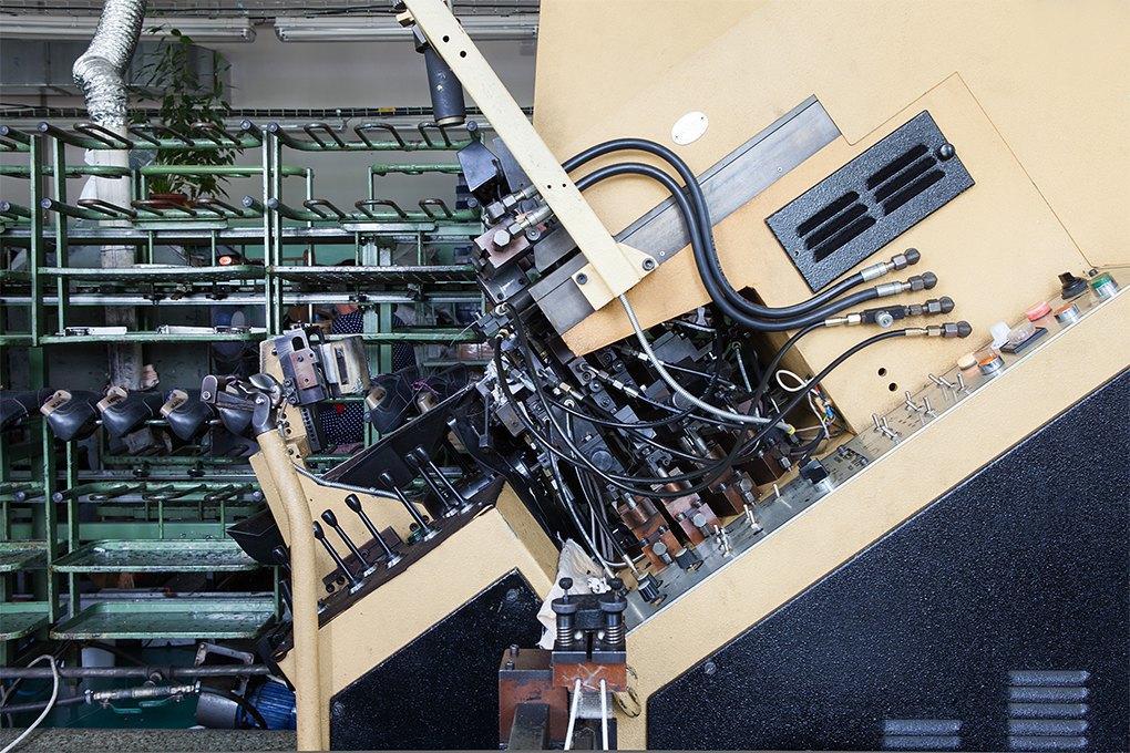 Производственный процесс: Как делают ботинки. Изображение № 19.