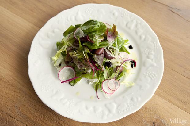 Салат с редисом, фенхелем и козьим сыром — 490 рублей. Изображение № 30.