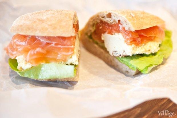 Сэндвич с лососем, скрэмблом и оливадой. Изображение № 29.