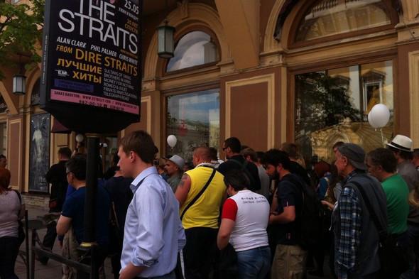В воскресенье в Петербурге гуляли 500 человек, в понедельник закрывают Исаакиевскую. Изображение № 14.