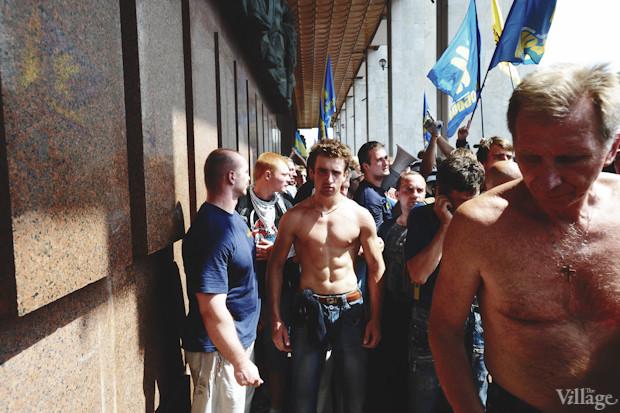 После очередной неудачной попытки сместить митингующих «Беркут» вновь отступает. Изображение № 43.