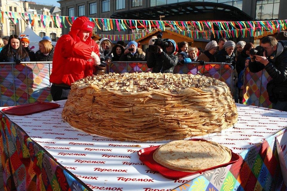 Огромный блинный пирог наплощади уЦУМа. Изображение № 4.