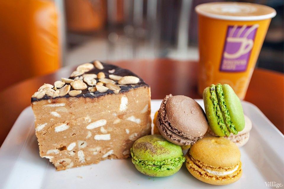 Торт «Муравейник» —  29 грн., макаруны —  по 7 грн.. Изображение № 70.