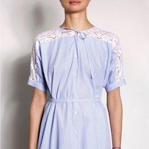 Брошь Chanel, кроссовки New Balance, юбка Jacquemus. Изображение № 2.