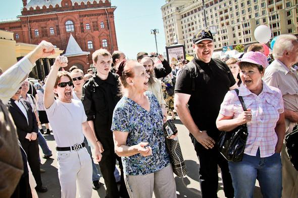 Полиция прекращает активные действия: кончились автобусы для задержания. Раздаются апплодисменты и радостные возгласы толпы.. Изображение № 10.
