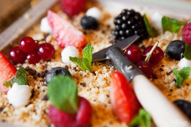 Огородик «Как есть» (карамельный мусс, земля из орехов и шоколада, ягоды и снег из шампанского) — 450 рублей. Изображение № 32.