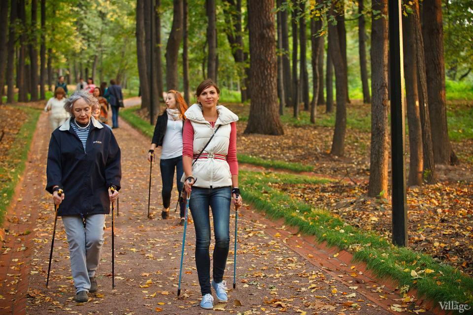 Люди в городе: Кто занимается скандинавской ходьбой. Изображение №1.