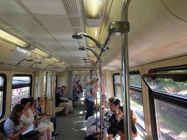 В вагоне московского метро установили душ. Изображение № 1.