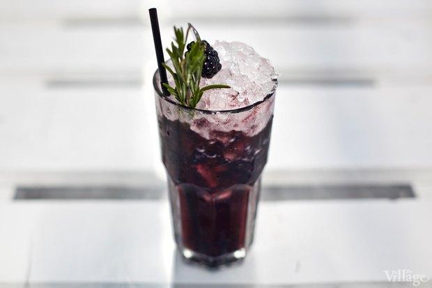 Безалкогольный коктейль Contribuir (ежевика, яблочный сок, малиновый сироп, сок лайма, розмарин) — 300 рублей . Изображение № 17.