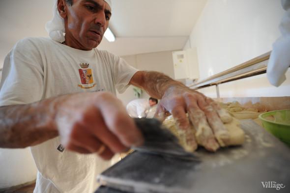 Фоторепортаж: Как пекут хлеб в тандыре. Зображення № 9.