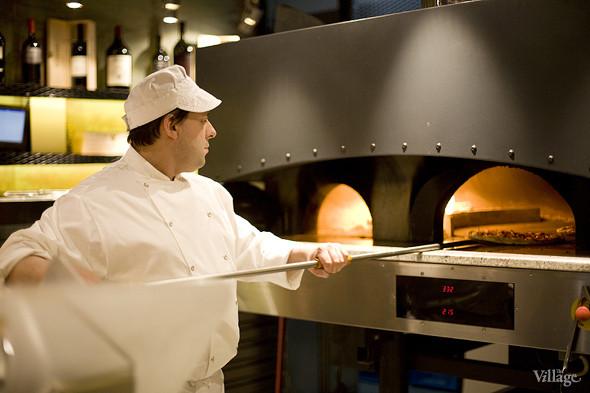 Пицца отправляется в дровяную печь буквально на 3 минуты. Изображение № 5.