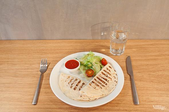 Кесадилья с овощами и сыром — 220 руб.. Изображение №18.