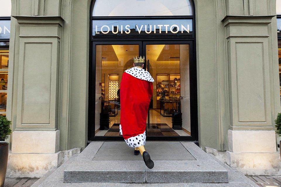 Активист Гринпис пикетирует у бутика Louis Vuitton. Изображение № 2.