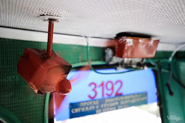 Маленького машиниста обдувает маленький вентилятор.. Изображение № 25.
