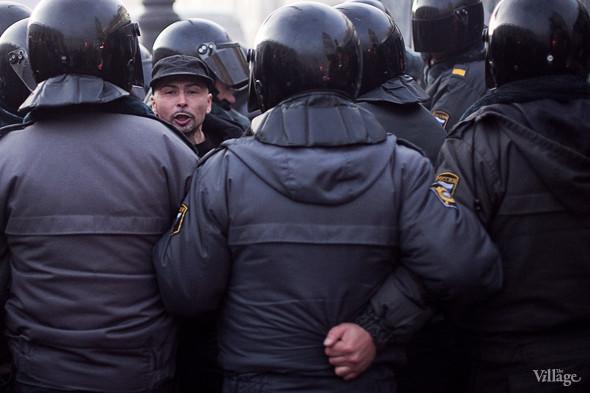 ОМОН взял в кольцо очередного митингующего. Иногда на одного участника акции приходится 6–8 полицейских.. Изображение № 18.