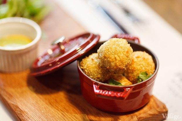 №4 Veggie balls из киноа, авокадо и кешью с миксом салатов и соусом из трав — 310 рублей. Изображение № 28.