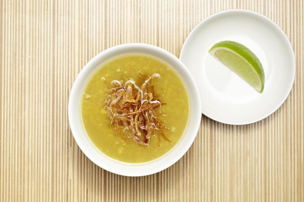Суп Ка ла па (традиционный бирманский суп из желтой чечевицы и имбиря, подается с лаймом) — 175 рублей.. Изображение № 4.