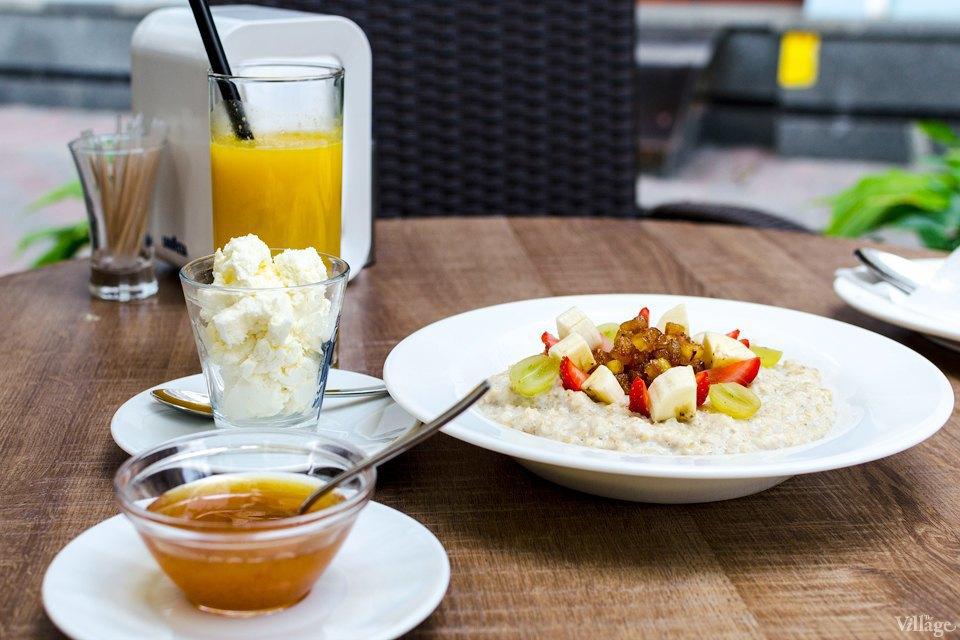 Овсяная каша, подаётся с творогом, фруктами и мёдом, —45 грн.. Изображение № 40.