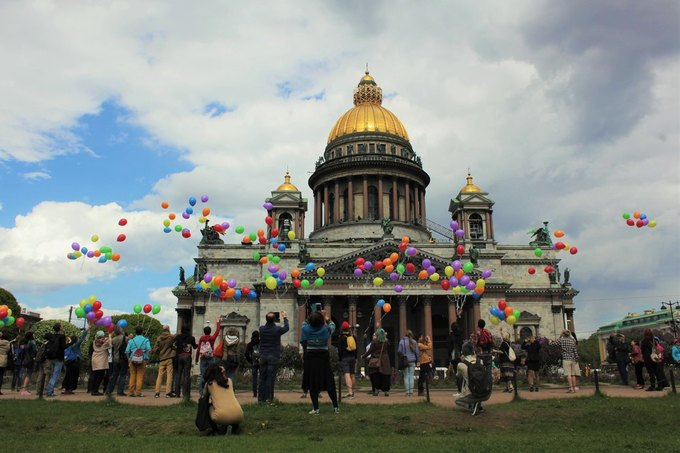 ЛГБТ-активисты запустили разноцветные воздушные шары перед Исаакиевским собором. Изображение № 1.