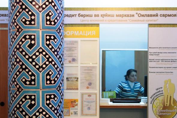 Магазин оформлен в национальном стиле. На заднем фоне — касса взаимопомощи. Изображение № 15.