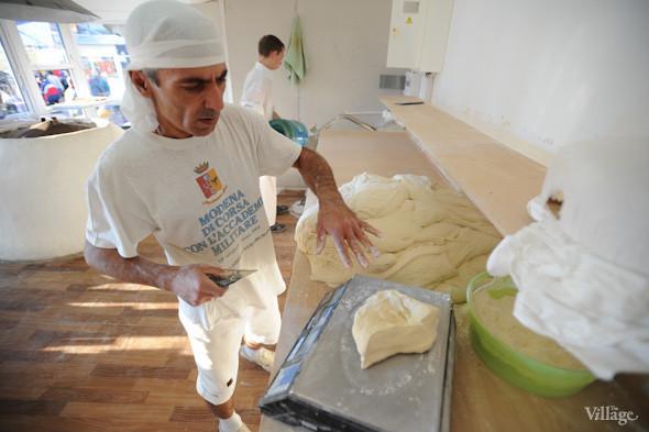 Фоторепортаж: Как пекут хлеб в тандыре. Зображення № 7.