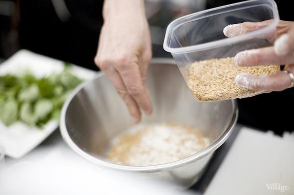 В состав теста также входят зерна золотого льна. В Москве их найти не удалось, поэтому повару пришлось привезти зерна из Франции. Изображение № 10.