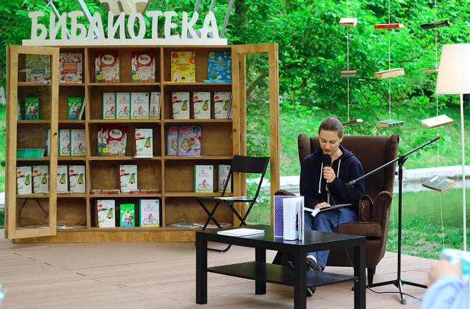 В парке «Красная Пресня» открылась летняя библиотека. Изображение № 1.