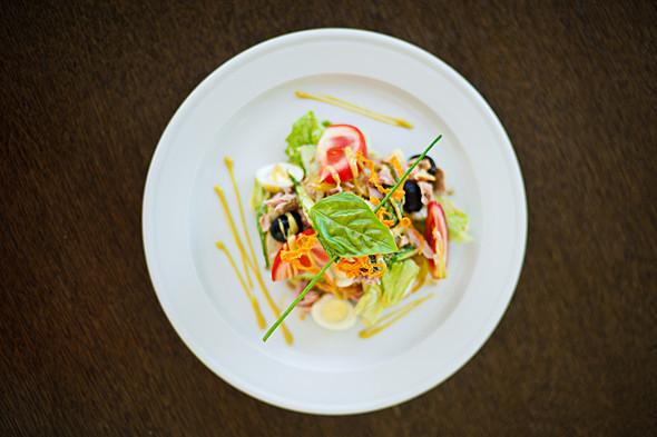 Салат «Ницца»: консервированный тунец, спаржа, обжаренный картофель, перепелиные яйца, помидор, маслины, салат Айсберг, пряная зелень, соус «Винегрет» — 68 грн, 250 г.. Изображение № 22.