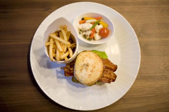 Чизбургер с сыром чеддер, 600 рублей. Изображение № 5.
