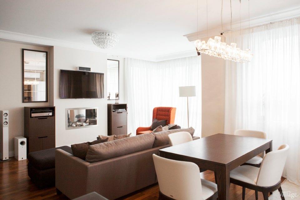 Дизайн спальни в квартире с двумя окнами с гардеробной