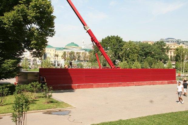 В Александровском саду разобрали обелиск . Изображение № 5.