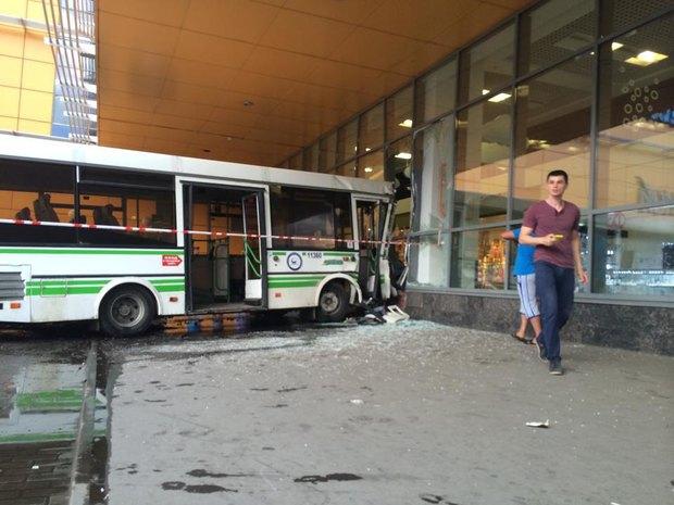 На «Речном вокзале» автобус врезался в торговый центр. Изображение № 4.