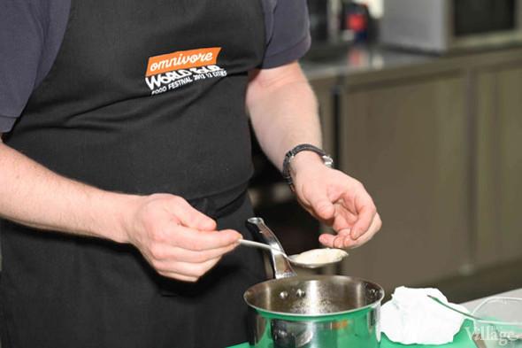 Omnivore Food Festival: Бенжамен Турсель готовит яйца конфи с копчёным чаем и сливами умебоши. Изображение № 9.