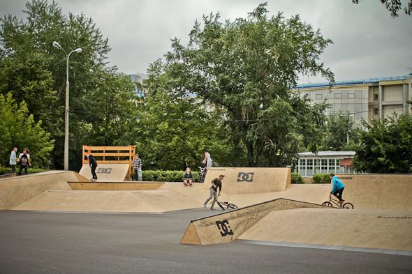 Скейт-парк — единственный спортивный объект, который оставили открытым. Весь день на рампе катались роллеры и скейтеры.. Изображение № 4.