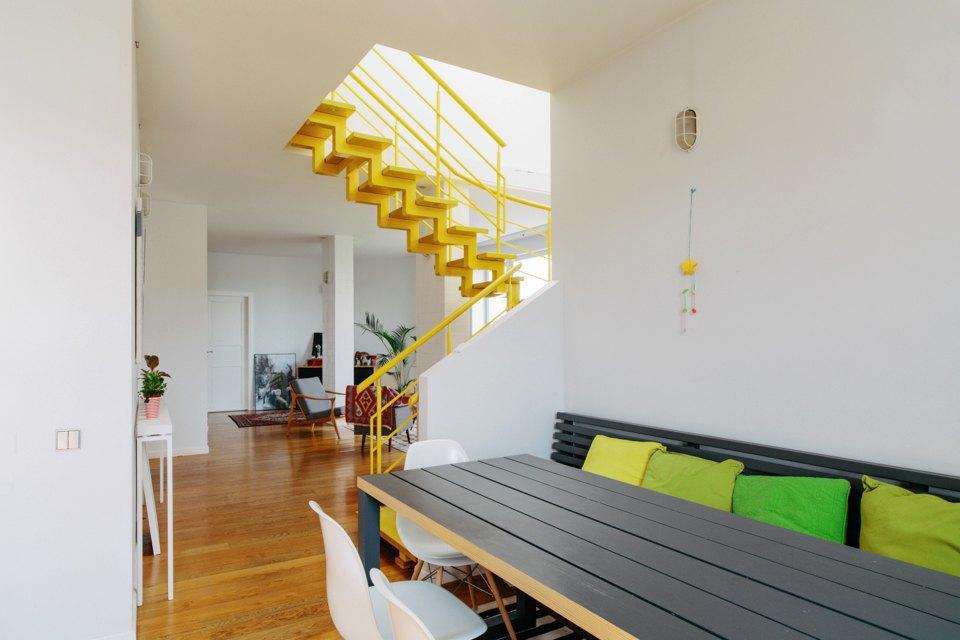 Двухэтажная квартира сжёлтой лестницей исадом набалконе . Изображение № 9.
