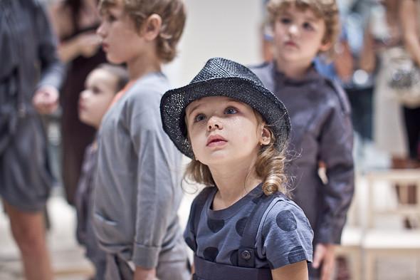 У нее шляпа. И что-то с кругами. В такой одежде мне понравится девочка.. Изображение № 16.
