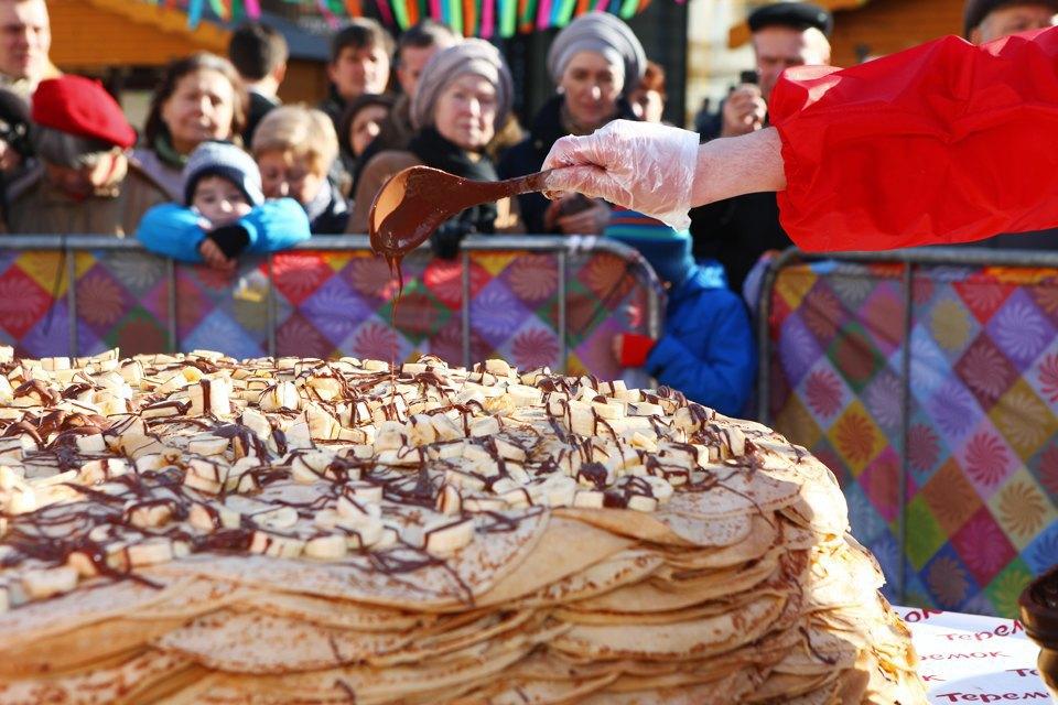 Огромный блинный пирог наплощади уЦУМа. Изображение № 2.
