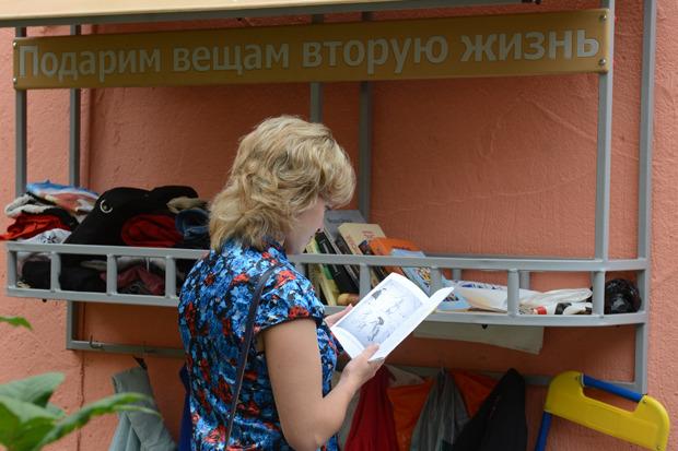 На Петроградской повесили вешалку для обмена ненужными вещами. Изображение № 4.