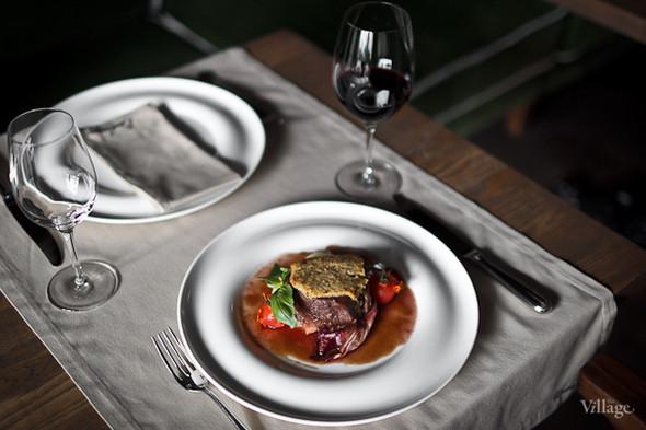 Филе говядины с соусом Барбареско и трюфельным пюре из плодов нежного картофеля — 980 рублей. Изображение № 41.
