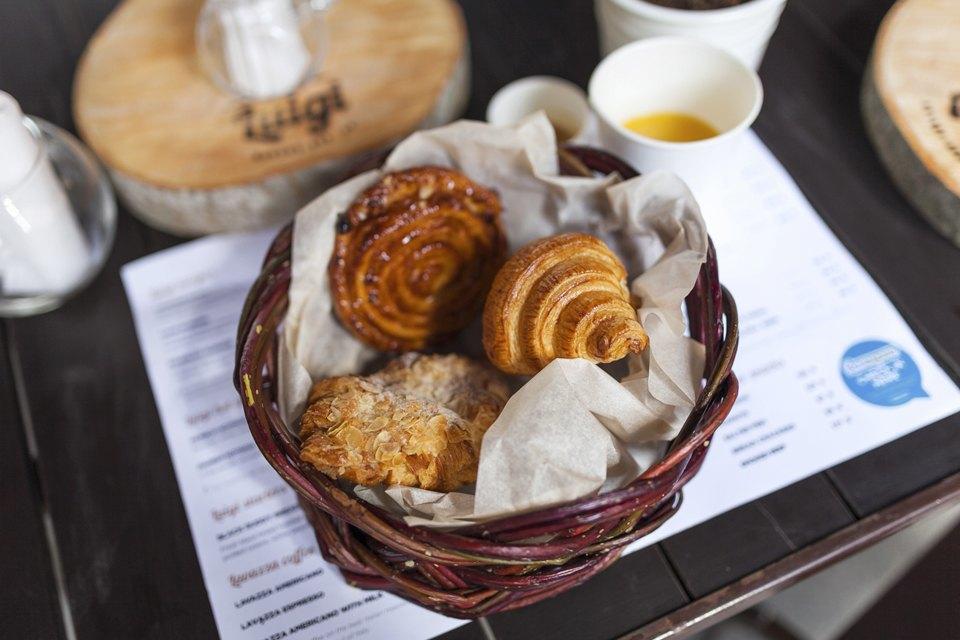 Французский завтрак (круассан, улитка с изюмом, джем, сливочное масло, чай/кофе) 189 рублей. Изображение № 11.