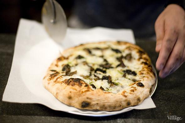 «Грибная» (грибы, жареные в дровяной печи, жареный чеснок, соус морнэ, сыр грюйер, орегано) — 430 рублей. Изображение № 31.
