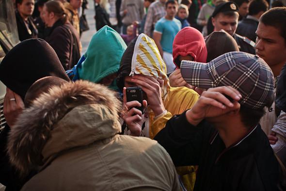 Болельщики традиционно прячут лица: на площади собралось много журналистов.. Изображение № 10.