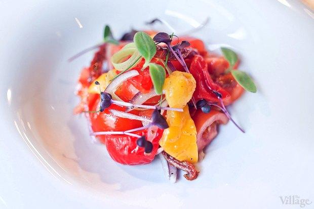 Салат из свежих томатов и сельдерея с соусом песто — 290 рублей. Изображение № 22.