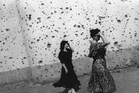 © Thomas Dworzak/Magnum photos Чечня. Грозный. 7/1996. Обстрелянная шрапнелью стенка центрального выставочного зала.. Изображение № 3.
