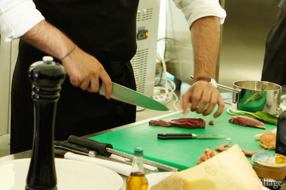 Omnivore Food Festival: Майкл Гринвольд и Симоне Тондо готовят орзотто из ячменя и тартар из голубя. Изображение № 6.
