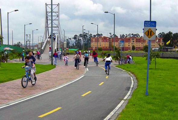 Велосипедная дорожка на улице Хуан Амарилло в Боготе.. Изображение № 68.