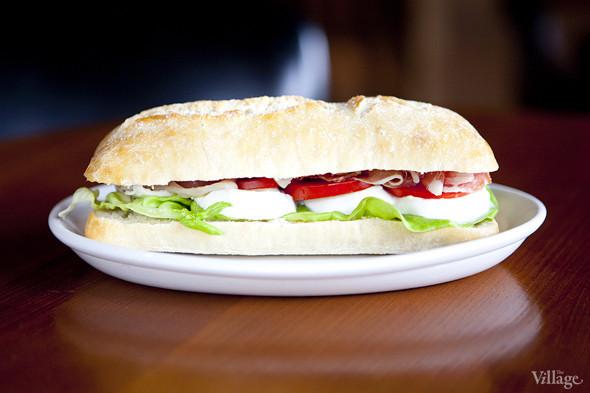 Сэндвич с пармской ветчиной гран ризерва, буйволиной моцареллой и соусом песто — 430 рублей. Изображение № 23.
